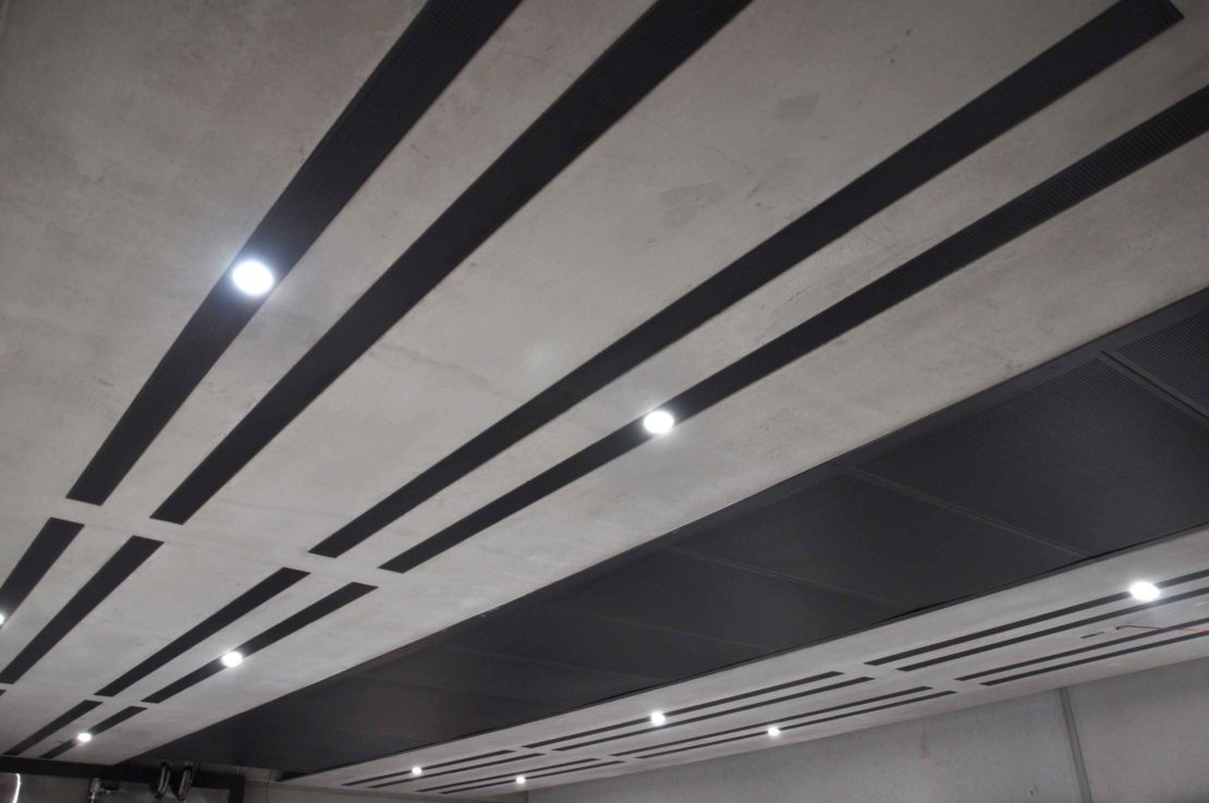 Deckenelemente mit Abdeckungen für Gebäudetechnik